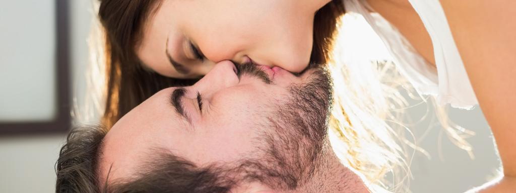 Pareja besándose feliz Boston Medical Group España